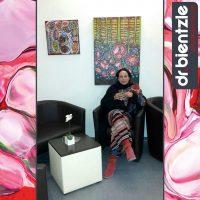 Die Künstlerin, Klara Morgenstern, bei der Vernissage zu ihrer Kunstausstellung im dr.bientzle Gesundheitsclub Grötzingen