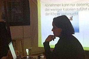 """Dr. Stefanie Bientzle während ihrem Vortrag zum Thema """"Gesundes Abnehmen"""""""