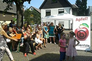 Viele ZuschauerInnen bei der Zumba-Vorführung auf der 7. Grötzinger Kulturmeile