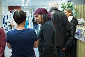 Der Künstler Pavel Miguel Jimenez Alfonso im Gespräch mit den Besuchern