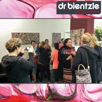 Klara Morgenstern im Gespräch mit den Kunstinteressierten im dr.bientzle Gesundheitsclub Grötzingen